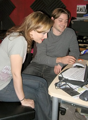 Jody Gnant and her guitarist Kristofer Hill check in on the online fans.                                             (Rene Gutel)
