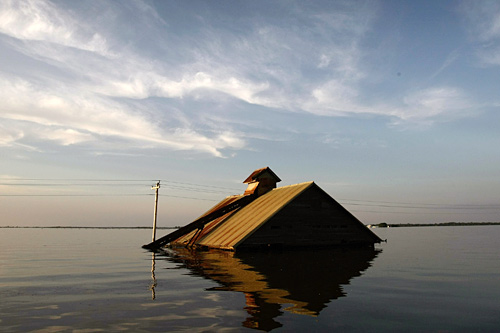 A barn submerged by the Mississippi River in Oakville, Iowa. Mississippi floodwaters are moving south and now threaten towns in Illinois and Missouri as well as in Iowa.                                             (Win McNamee/Getty Images)