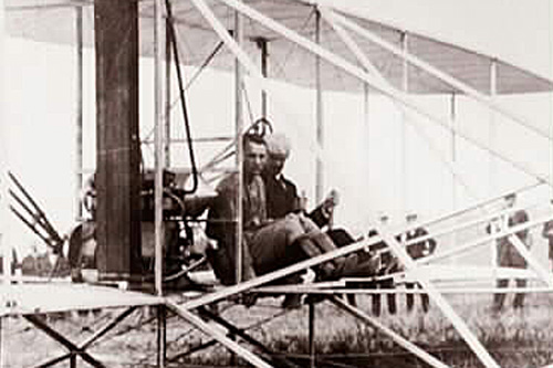 Thomas E. Selfridge (left) and Orville Wright (right) pose for a photo just before take-off.                                             (Library of Congress)